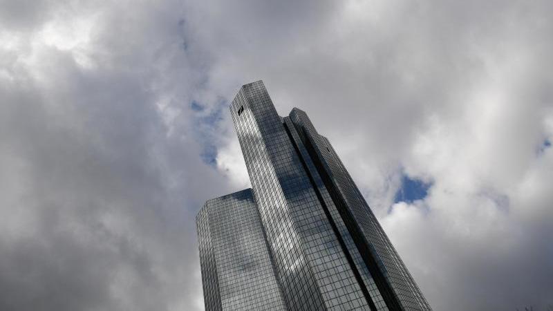 Wolken ziehen über die Zentrale der Deutschen Bank in Frankfurt. Foto: Arne Dedert/dpa/Archivbild