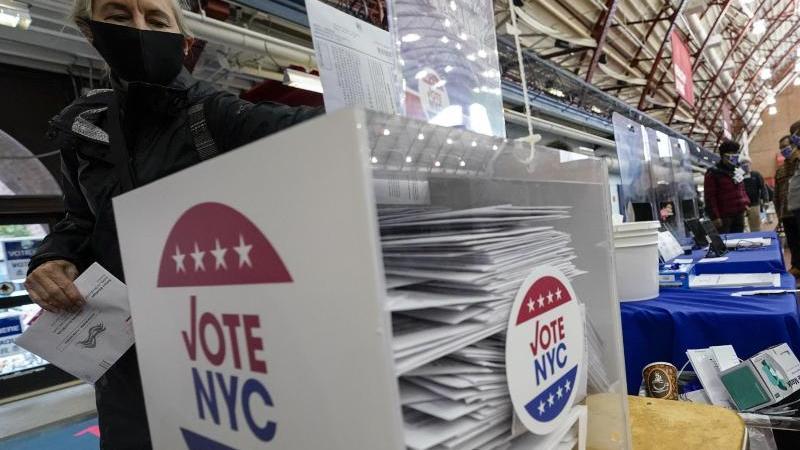 US-Amerikaner nehmen die Möglichkeit wahr, bereits vor dem Wahltermin ihre Stimme abzugeben. Foto: Mary Altaffer/AP/dpa