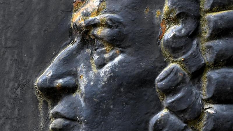 Ein Relief mit dem Konterfei des Komponisten Johann Sebastian Bach ist zu sehen. Foto: Hendrik Schmidt/dpa-Zentralbild/ZB/Archivbild