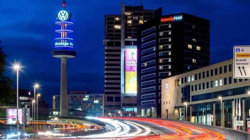 Autos fahren über die Raschplatzhochstraße und ziehen lange Leuchtspuren. Foto: Hauke-Christian Dittrich/dpa/Archivbild