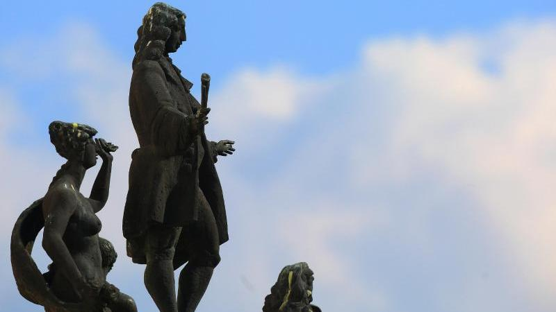 Eine Plastik stellt den Komponisten Georg Philipp Telemann in barocker Tracht umgeben von allegorischen Figuren dar. Foto: Jens Wolf/dpa-Zentralbild/dpa/Archivbild