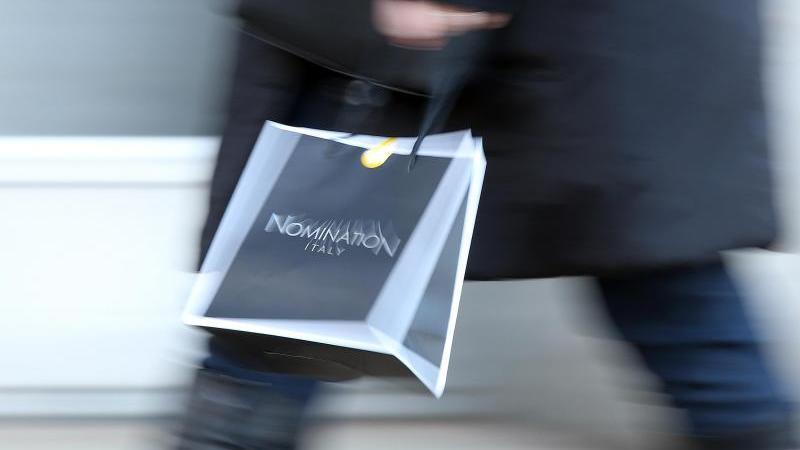 Ein Frau geht mit einer Einkaufstüte durch die Innenstadt von Hamburg. Foto: picture alliance / dpa/Symbolbild