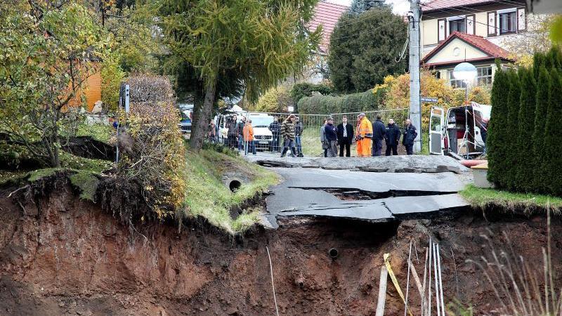 Sicherungskräfte stehen am 03.11.2010 in Schmalkalden vor einem Krater an einer Absperrung. Foto: Wolfgang Benkert/dpa-Zentralbild/dpa/Archivbild
