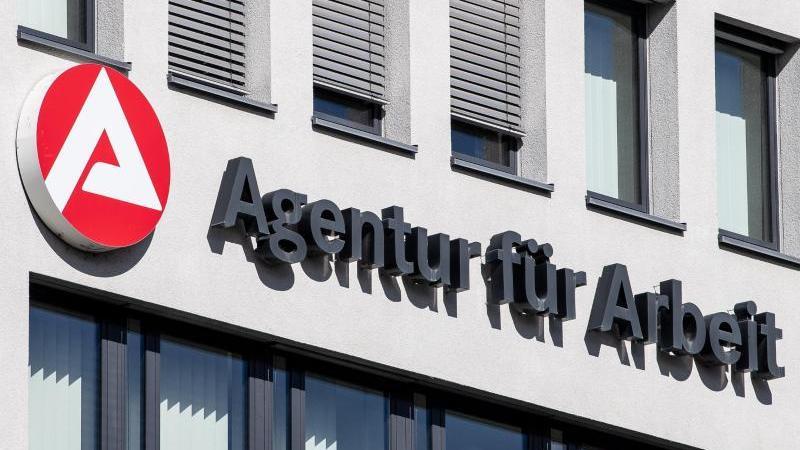 """Der Schriftzug der """"Agentur für Arbeit"""" ist am Gebäude der Agentur für Arbeit angebracht. Foto: Fabian Sommer/dpa/Symbolbild"""