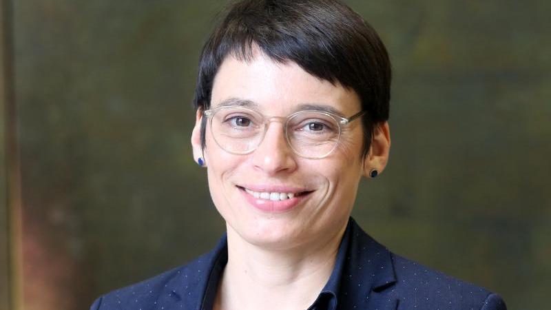 Josefine Paul (Bündnis 90/Die Grünen) blickt in die Kamera. Foto: Roland Weihrauch/dpa/Archivbild