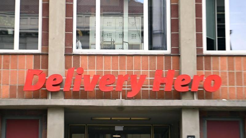 Das Logo von Delivery Hero an Fassade der Zentrale. Foto: Britta Pedersen/dpa-Zentralbild/ZB/Symbolbild