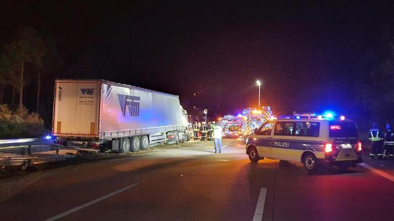 Ein Lkw steht nach einem Unfall auf der A2. Foto: Cevin Dettlaff/dpa
