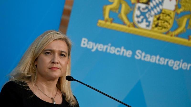 Melanie Huml (CSU) nimmt an einer Pressekonferenz teil. Foto: Peter Kneffel/dpa/Archivbild