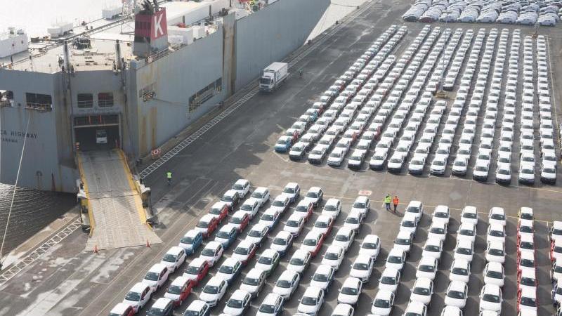 Fahrzeuge des Volkswagen Konzerns stehen im Hafen von Emden zur Verschiffung bereit. Foto: Jörg Sarbach/dpa/Archiv