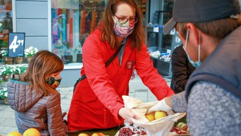 Nicht nur beim Einkaufen gilt: Die richtige Sprechtechnik hilft, damit man trotz Maske gut verstanden wird. Foto: Mascha Brichta/dpa-tmn