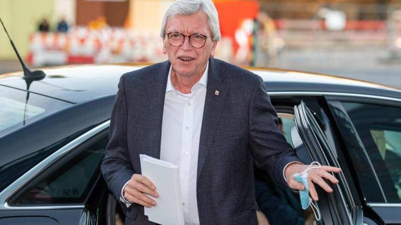 Hessens Ministerpräsident Volker Bouffier (CDU) steigt aus einem Fahrzeug. Foto: Christophe Gateau/dpa/Archivbild