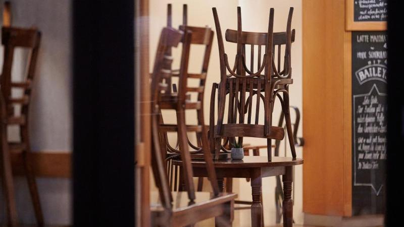Die Stühle in einem geschlossenen Lokal sind hochgestellt. Foto: Henning Kaiser/dpa/Symbolbild