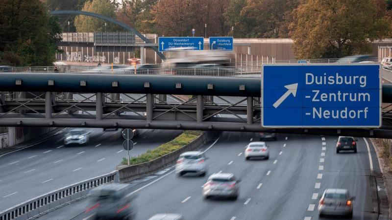 Pkws fahren über die A59 in Duisburg. Foto: Fabian Strauch/dpa/Archivbild