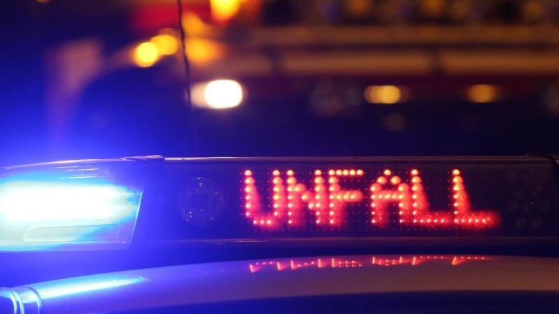 Ein Polizeiwagen steht mit eingeschaltetem Blaulicht an einer Unfallstelle. Foto: picture alliance/Malte Christians/dpa/Symbolbild