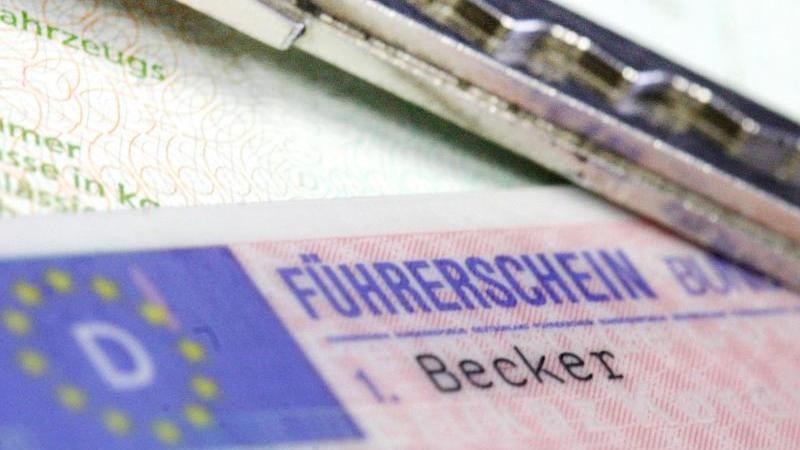 Blick auf einen Führerschein und einen Autoschlüssel. Foto: Marius Becker/dpa/Symbolbild