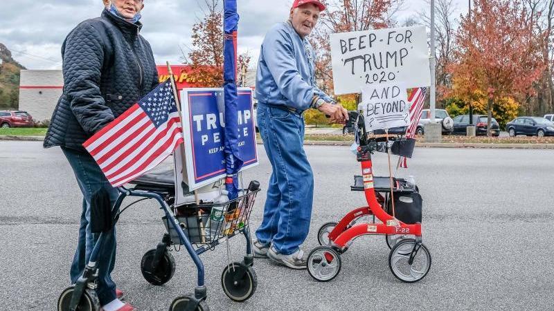 Trump-Anhänger mit Rollatoren. Die Präsidentschaftswahl in den USAfindet am 03. November 2020 statt. Foto: Preston Ehrler/SOPA Images via ZUMA Wire/dpa