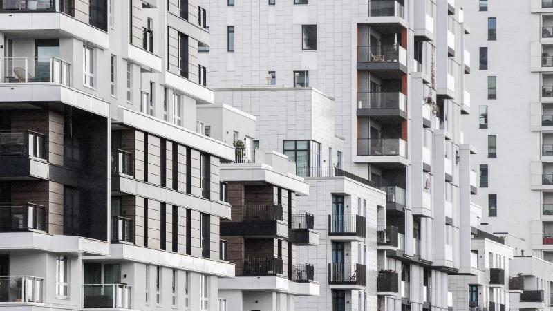 Blick in eine Straße in Düsseldorf mit Wohnhäusern. Teure Mieten und hohe Wohnungspreise machen vielen Verbrauchern in Deutschland schwer zu schaffen. Foto: Marcel Kusch/dpa