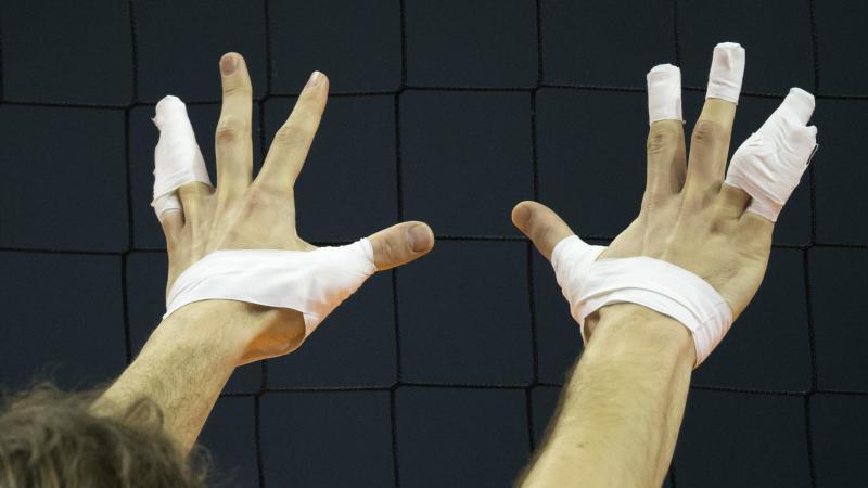 Die mehrfach mit Tape umwickelten Finger eines Volleyballspielers. Foto: picture alliance / dpa/Symbolbild
