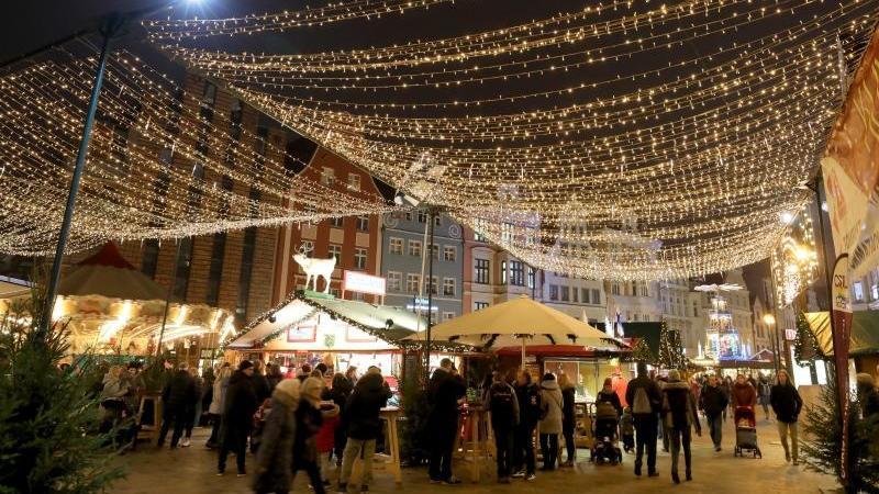 Blick auf den Rostocker Weihnachtsmarkt im vergangenen Jahr. Foto: Bernd Wüstneck/dpa-Zentralbild/dpa/Archivbild