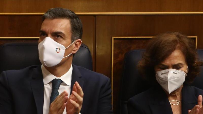 Pedro Sanchez, Ministerpräsident von Spanien, und Carmen Calvo, Vize-Regierungschefin von Spanien, applaudieren im Parlament. Foto: Europa Press/R.Rubio.Pool/EUROPA PRESS/dpa