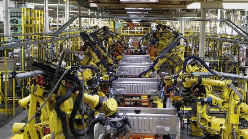 Roboter schweißen die Ladefläche eines Ford F-150-Lastwagens auf dem Fließband im Montagewerk von Ford Rouge. Foto: Carlos Osorio/AP/dpa