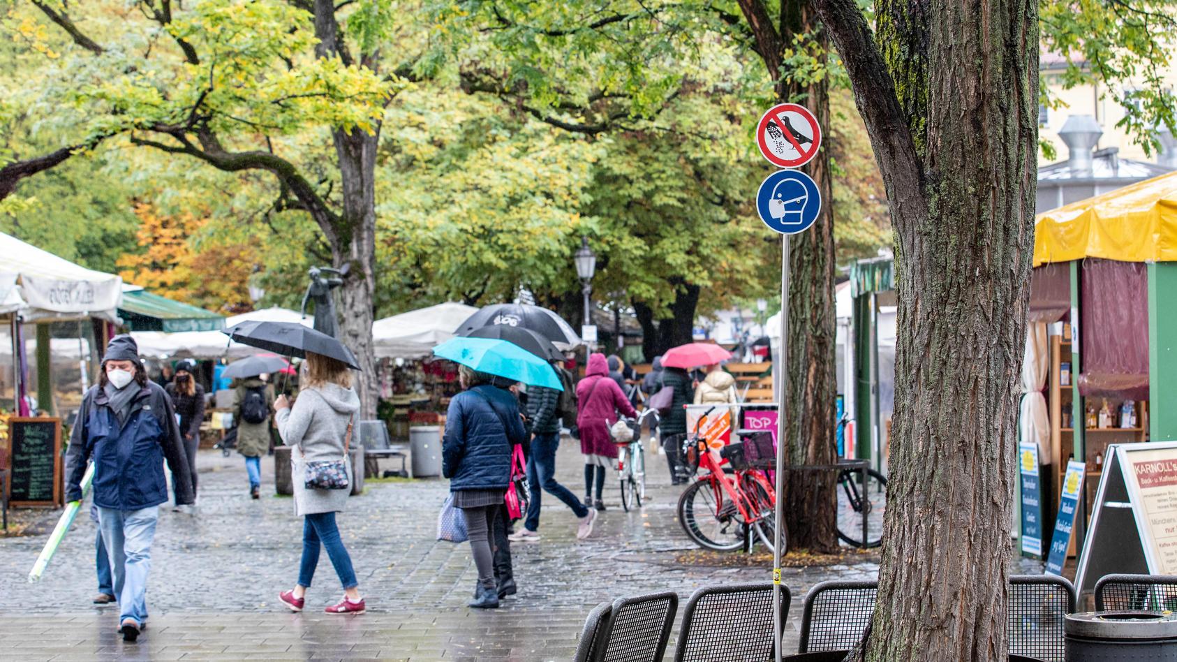 Maskenpflicht und Regen - wie hier in München - prägten das Bild des Oktobers 2020.