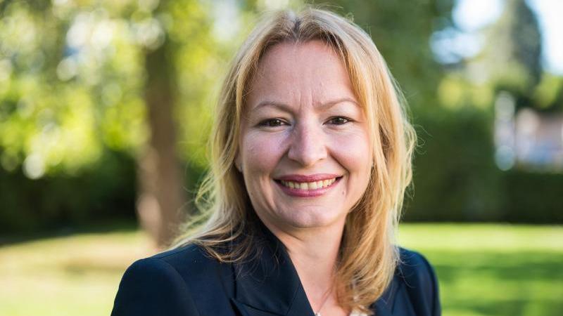 Christine Streichert-Clivot (SPD) posiert für einFoto. Foto: Oliver Dietze/dpa/Archivbild