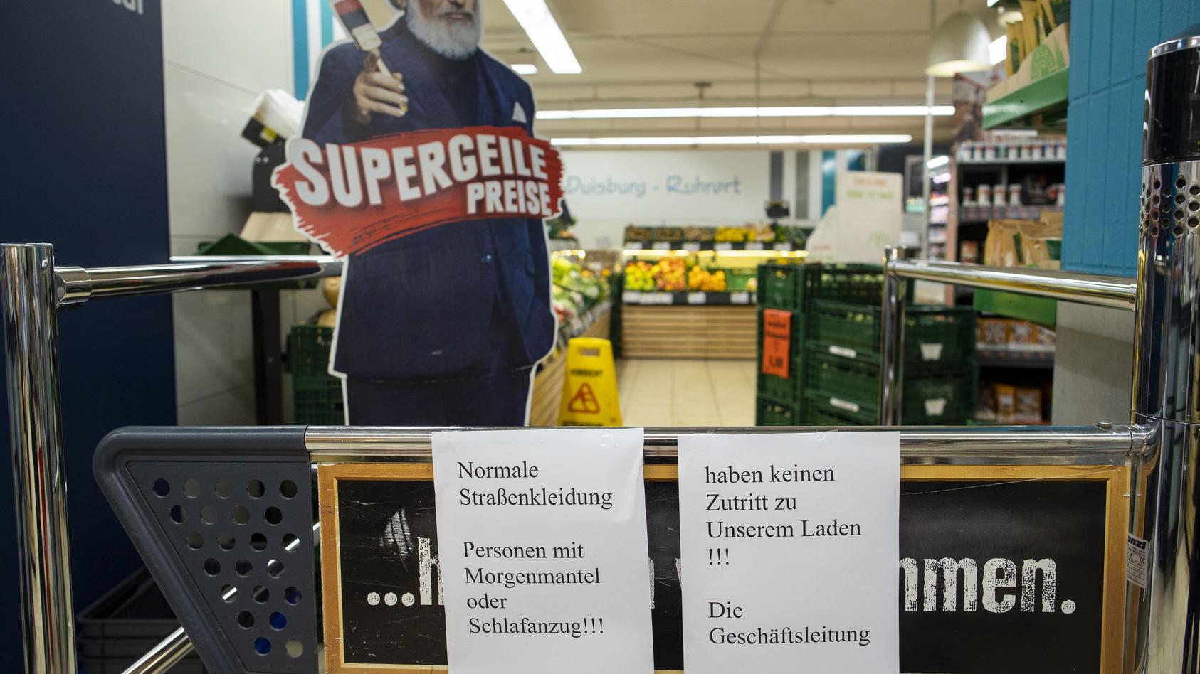 """""""Normale Straßenkleidung!"""" Dieses Verbots-Schild ziert seit Kurzem den Eingang eines Edekas in Duisburg-Ruhrort."""