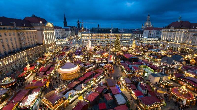 Blick auf den Dresdner Striezelmarkt zu Vor-Corona-Zeiten. Foto: Robert Michael/dpa-Zentralbild/dpa/Archivbild