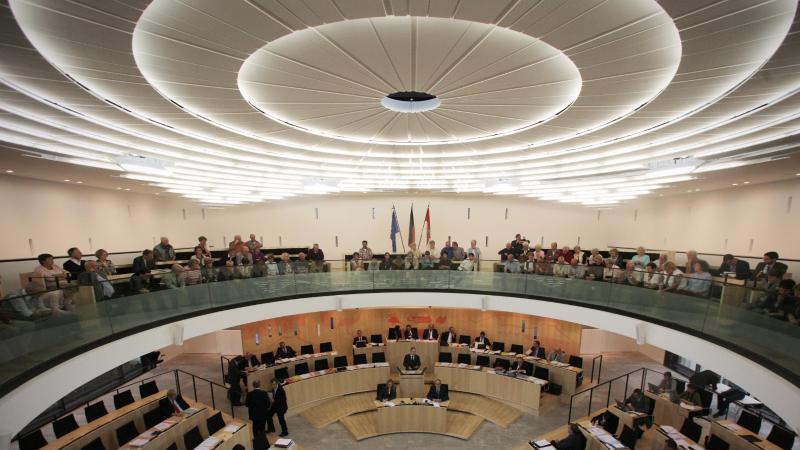 Der hessische Landtag in Wiesbaden. Foto: Fredrik von Erichsen/dpa/Archivbild