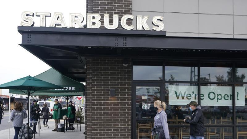 Starbucks leidet wegen Corona unter eingeschränkten Öffnungszeiten und geringerem Kundenaufkommen. Foto: Ted S. Warren/AP/dpa