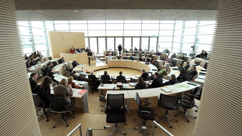 Abgeordnete sitzen im Landtag in Kiel. Foto: picture alliance / dpa
