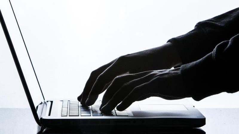 Ein Mann tippt auf der Tastatur eines Laptops. Foto: Silas Stein/dpa/Symbolbild