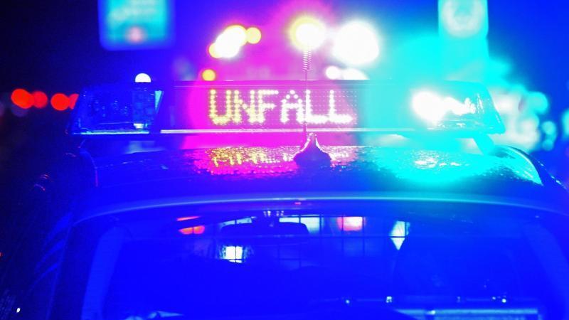 Ein Polizeiwagen steht mit eingeschaltetem Blaulicht an einer Unfallstelle. Foto: Stefan Puchner/dpa/Symbolbild