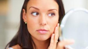 Künstliche Duft- und Aromastoffe können zu Pickeln und Hautausschlag führen.