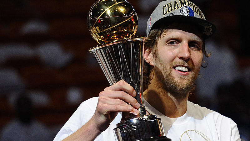 JAHRESRÜCKBLICK 2011 -Dallas Mavericks forward Dirk Nowitzki of Germany holds up the NBA Most Valuable Player (MVP) trophy after defeating the Miami Heat in the second half of game six of the NBA Finals at American Airlines Arena in Miami, Florida, U