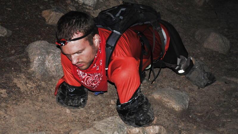 Kyle Maynhard trainiert für die Besteigung des Kilimandscharo in Afrika.