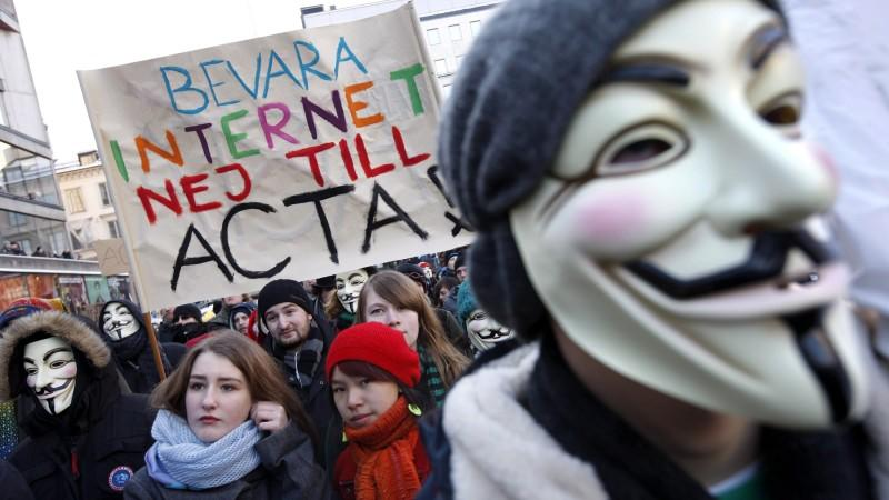 In der schwedischen Hauptstadt Stockholm demonstrieren ACTA-Kritiker gegen das umstrittene Handelsabkommen.