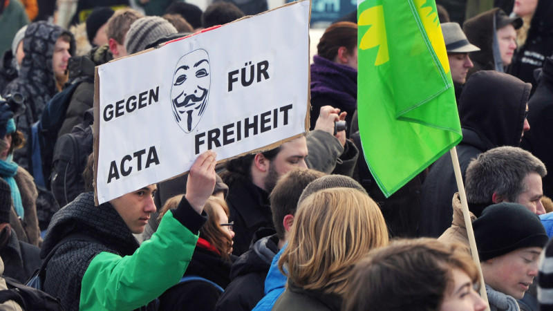 Nach Angaben der Polizei demonstrieren in Berlin nahe dem Roten Rathaus etwa 2.000 Menschen gegen das Urheberrechtsabkommen ACTA.