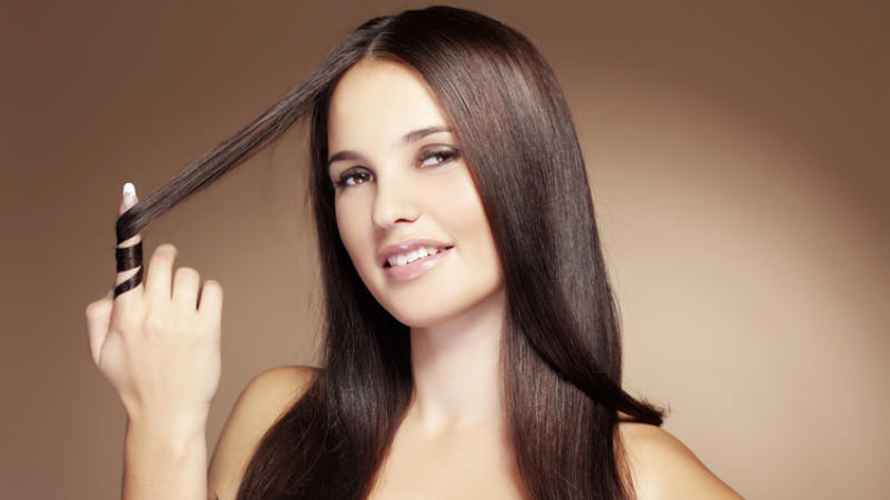 Die Haare schadlos zu glätten, ist gar nicht so schwierig.