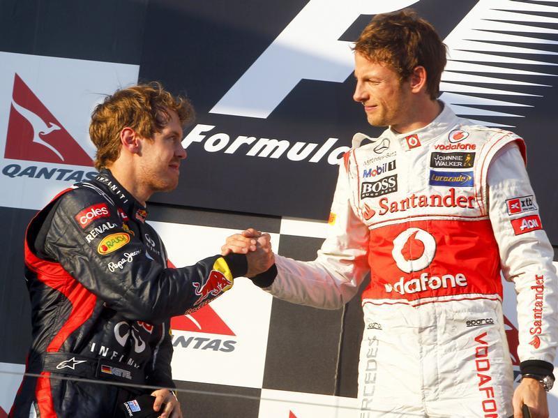 Sebastian Vettel (l) gratuliert Jenson Button zum Sieg in Melbourne. Foto: Diego Azubel