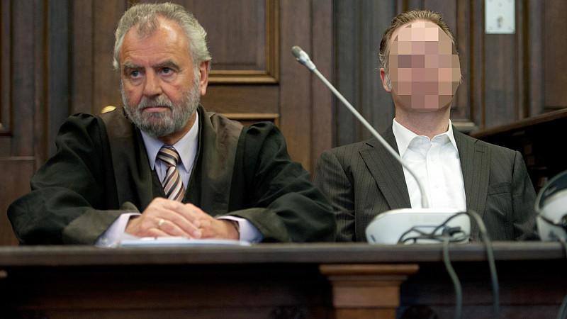 Der Angeklagte (rechts) neben seinem Anwalt vor dem Landgericht Hamburg.
