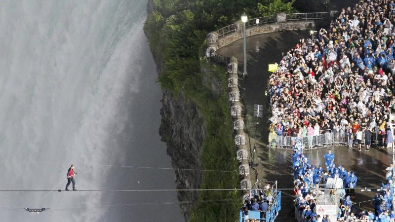 Tightrope walker Nik Wallenda walks the high wire from the U.S. side to the Canadian side over the Horseshoe Falls in Niagara Falls, Ontario, June 15, 2012.   REUTERS/Mark Blinch (CANADA - Tags: SOCIETY TPX IMAGES OF THE DAY)