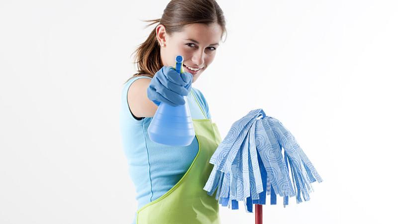 Putzmittel-Alternativen: Müllbeutel auf, Küche sauber!