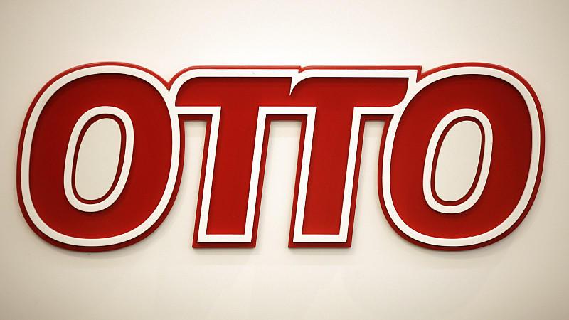 ARCHIV - Das Logo des OTTO-Konzerns ist am 22.12.2011 am Eingang der Firmenzentrale in Hamburg zu sehen. Werner Otto, der Gründer der Hamburger Otto Group, ist tot. Er starb bereits am vergangenen Mittwoch (21.12.2011) im Alter von 102 Jahren im Krei