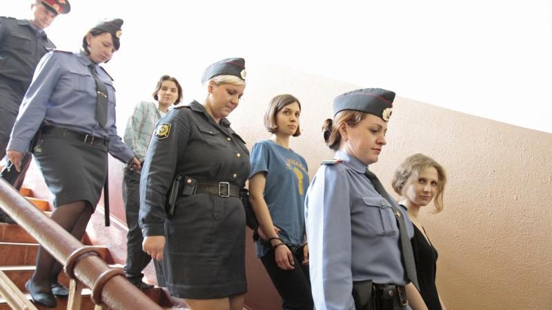 : Schwerer Gang: Die drei jungen Frauen auf dem Weg zur Urteils-Verkündung.