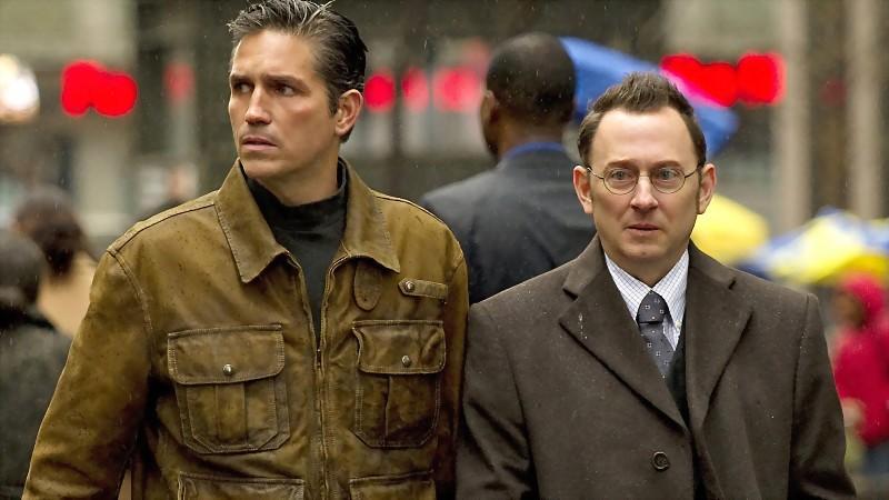 Der Milliadär Finch zeigt dem ehemaligen CIA-Agent John Reese die mysteriöse Maschine.
