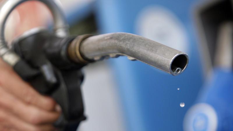 Da fossile Energien knapp werden, könnte der Sprit bald zwei Euro pro Liter kosten.