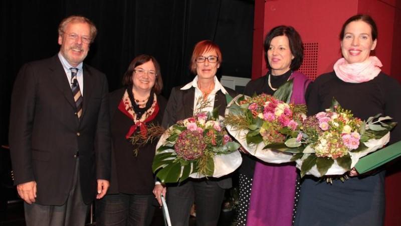 Übergabe des Hermine-Heusler-Edenhuizen-Medienpreises der DGGG. Prof. Dr. med. Klaus Friese (Präsident der DGGG und Kongresspräsident), Dr. Susanna Kramarz (Pressereferentin der DGGG), Daniele Erdorf (1. Preis Online), Dr. Kristina Kayatz (1. Preis TV), Dr. Anne Geisler (1. Preis Print) (v.l.n.r.).