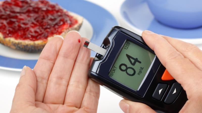 Diabetes Typ 1 ist eine Autoimmunkrankheit. Bislang ist unklar, warum das Immunsystem die eigene Bauchspeicheldrüse angreift. Betroffene müssen lebenslang Blutzucker messen und Insulin spritzen.